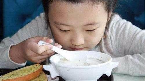 6个月宝宝吃馒头,被噎到昏迷不醒,白衣天使上演40秒生死救援