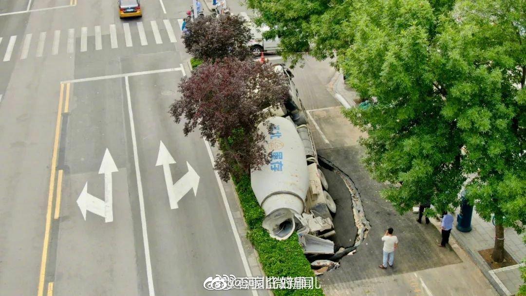 最新消息来了!陷坑中的大罐车已被拖出!东风路暂时封