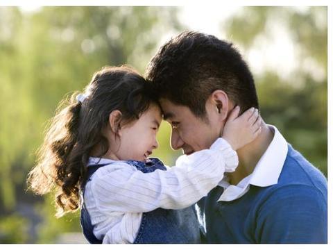 父亲不顾父女距离,摸臀、搓澡亲密行为不断,网友:不能理解