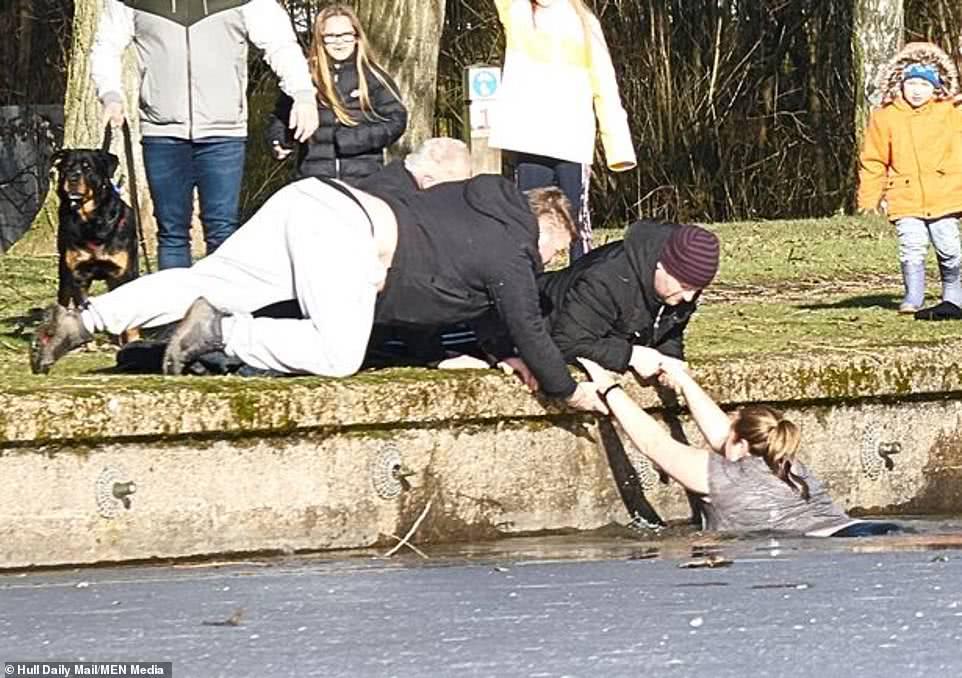 陌生女子不顾生命危险跳入冰冷湖水,游了20米救起落水斗牛犬