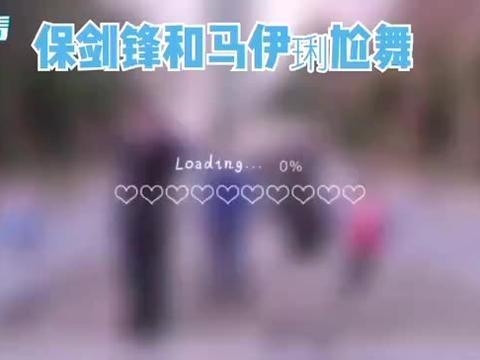 马伊琍一家跳广场舞《站在草原望北京》,女儿文爱马舞姿优美!