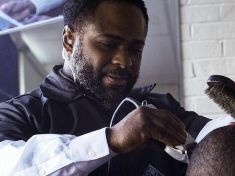 美国小学校长在校内开理发店亲自剪头,一年把近百逃学生拉回课堂