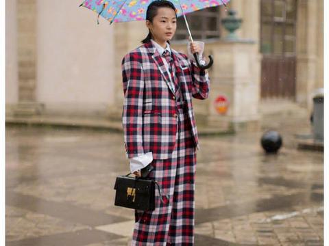 超模雎晓雯身着格纹西装,搭配复古油头,雨中连拍太灵动了!