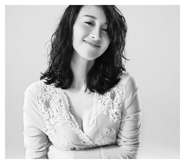 青年演员练束梅的照片