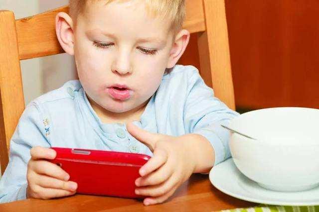 三岁宝宝玩手机不离手,家长日常做法很重要,育儿专家:言传身教