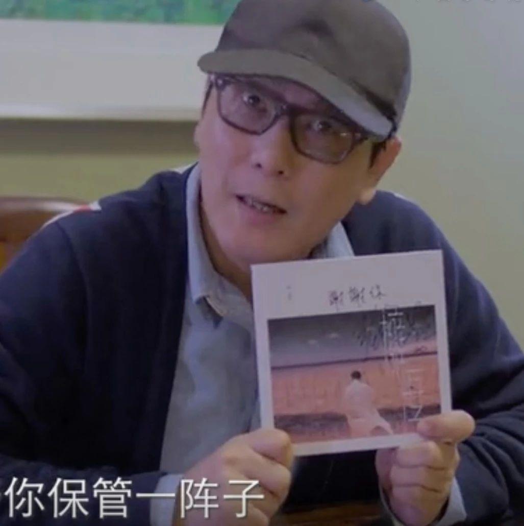 张信哲送一线医护人员签名CD录加油视频,还承诺……