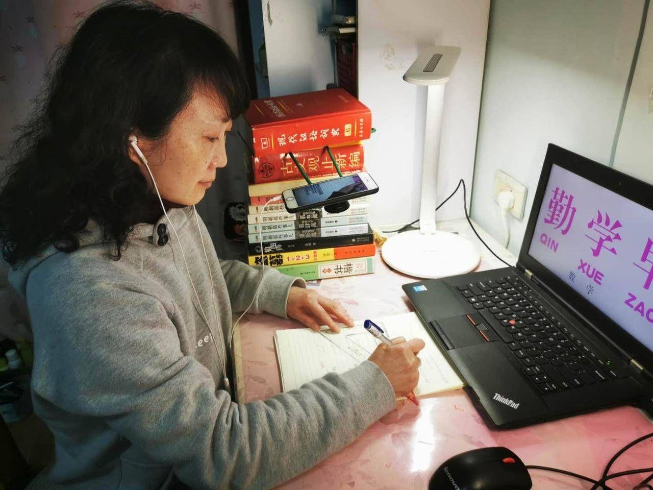 赞颂园丁母亲,武汉纺织大学大学生,亲手制作手抄报