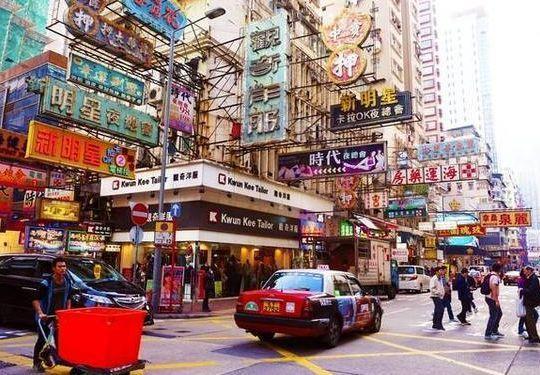 香港房子很多都没阳台,衣服都晾在哪里?今天算是见识到了