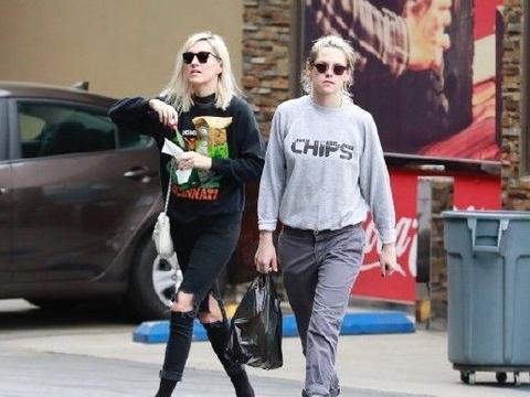 暮光女变K帅?克里斯汀与女友出街变苦力,灰色look帅如小鲜肉