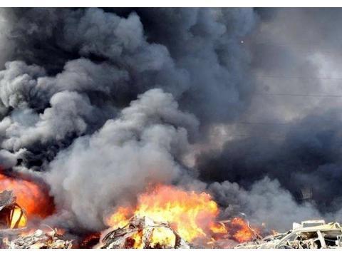 美军基地遭饱和攻击!15枚集束炸弹击中目标,12名士兵生命垂危
