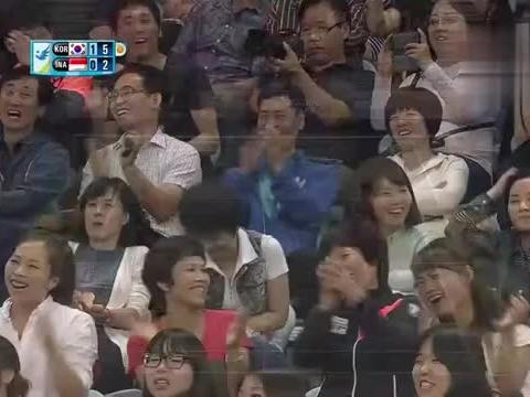 李龙大完全失位,坐在地上将球击回