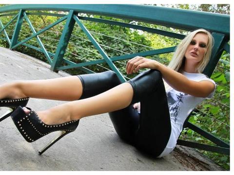 外国模特户外展示防水台超高跟鞋