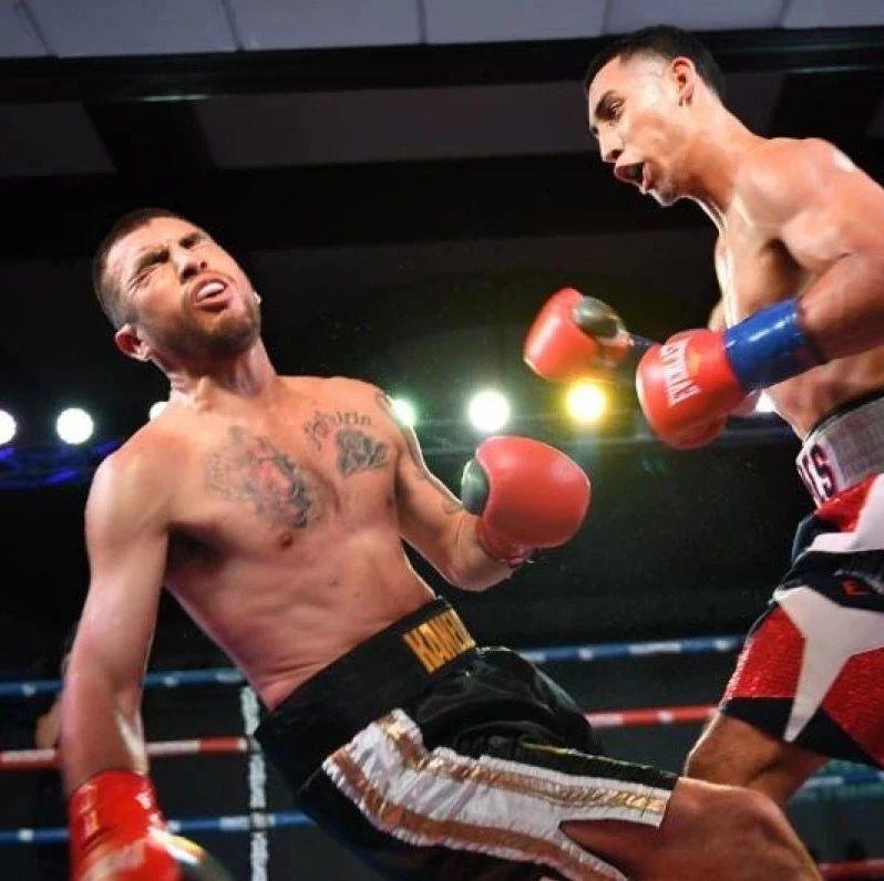 组合重拳力量太狠!直接击垮防御将对手KO!