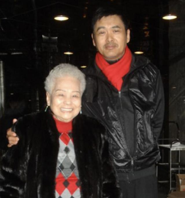 周润发母亲陈丽芳梦中离世享年98岁,丧礼从简举办骨灰安放南丫岛