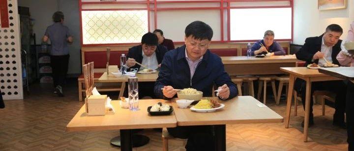 市长余功斌带头有序堂食 为餐饮企业复苏加油打气