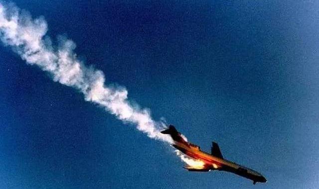 飞机故障飞行员跳伞保命,30吨战机坠落学校,上百个学生当场遇难