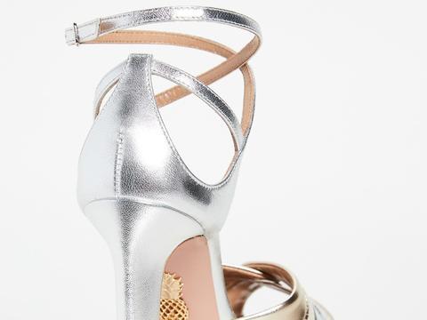 美女穿柔金银混色鱼嘴高跟凉鞋,显性感的靓鞋白皙玉足更加靓丽