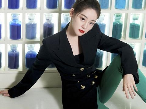 """她签约杨幂公司4年已大红,今穿西装配绿色踩脚裤,""""腿精""""石锤"""