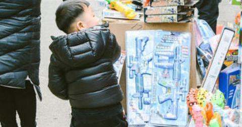 4岁儿子拽着妈妈撒娇买玩具,宝妈的轻声教育,让众人折服