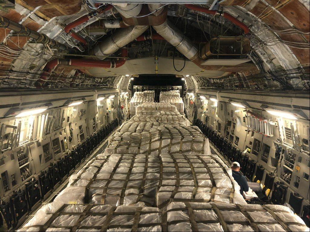 美军机从意运回50万份拭子,暴露美国困境,这是动员还是抢劫?