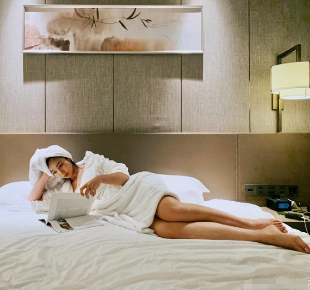 NBA最美女主播张曼源,宅家太无聊,曝出浴袍美照,婀娜多姿