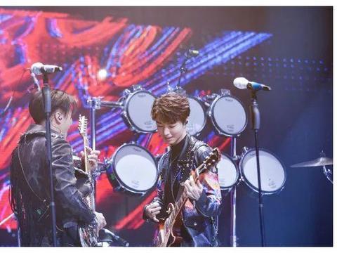 王俊凯生病工作引人担忧,而他坚持录制节目,还笑着上台,敬业!