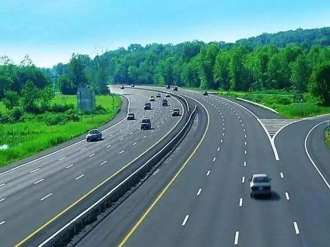 高速行驶,遇前车急刹,这样操作才能不出事故