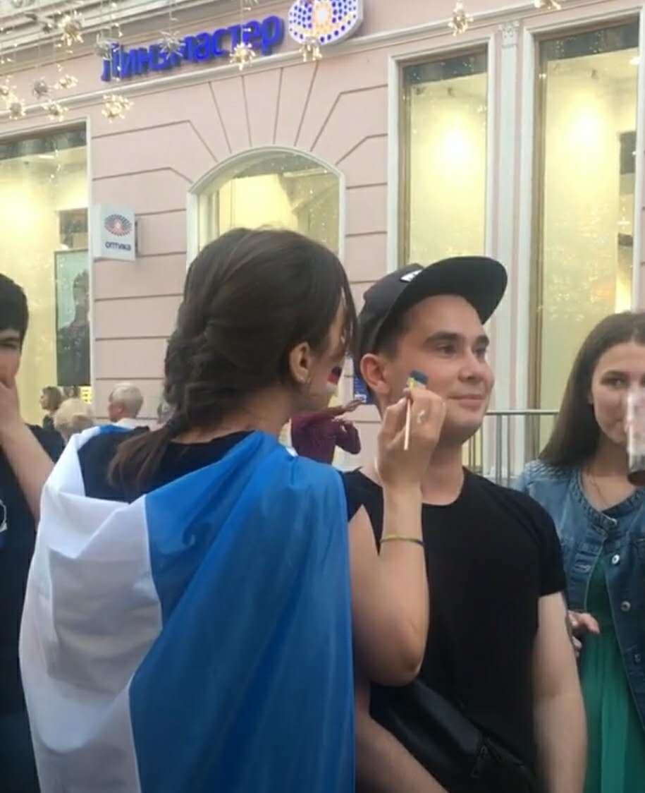 外国小哥在脸上画国旗,一转头吓坏众人,是阿根廷的狂热粉啊