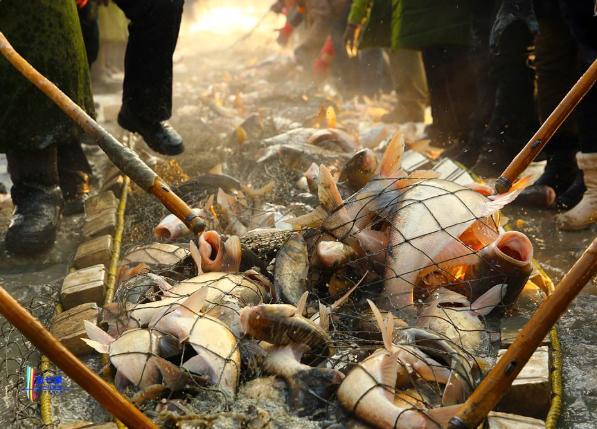 再过去一个月,负有盛名的查干湖冬捕就要开始,还可品尝全鱼宴