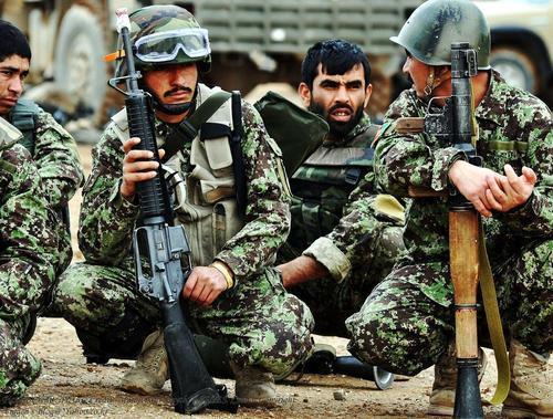 印度敢卖,阿富汗敢买:着防弹衣的阿富汗士兵,连人带甲被击穿