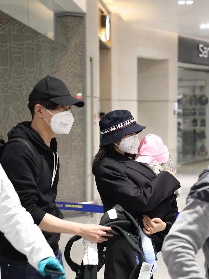 高圆圆当妈后变了!为方便抱女儿改穿短外套,机场无惧露真实粗腿