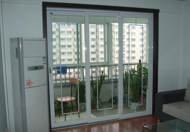 阳台装修隔断怎么做?这种门设计的好看又实用,比推拉门好100倍