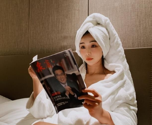 NBA最美主播张曼源近况,耳朵不适晒浴袍美照,躺床上看书很休闲