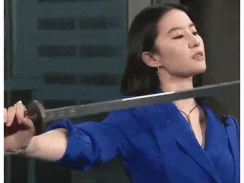 刘亦菲太帅了,穿宝蓝色西装又美又攻,挥剑帅翻了
