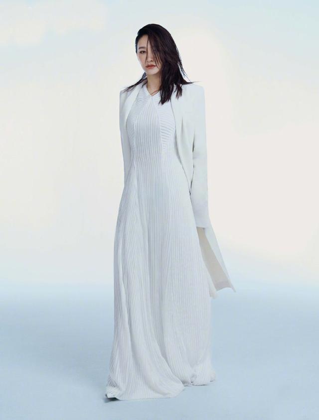 《庆余年》中她是长公主,今穿衬衫西装,44岁剪蘑菇头复古霸气