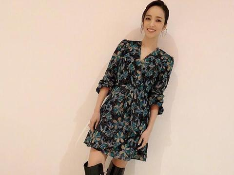 41岁侯佩岑不服老,穿民族风连衣裙优雅大方,开叉设计大方秀美腿