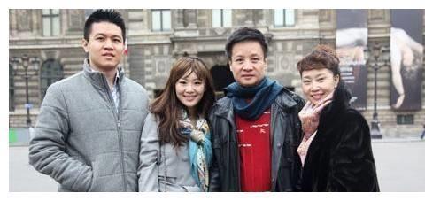 62岁的阎维文照顾妻子30年,值得给他一个赞,今儿孙满堂很幸福