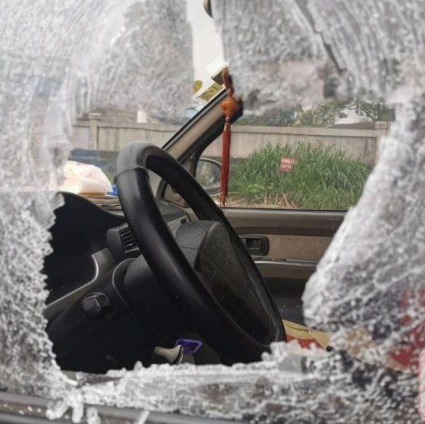 蹊跷!柳州白云路三辆车莫名被砸穿车窗,作案者却没有盗窃财物