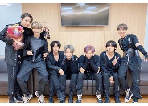 Super Junior队长利特收到防弹少年团特意送上的签名专辑!