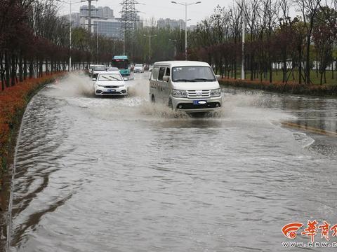 下点小雨 曲江收费站附近这条路却积水了 水深超过30厘米