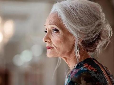 俄罗斯八旬老太太优雅了一辈子,精致到每一根头发丝