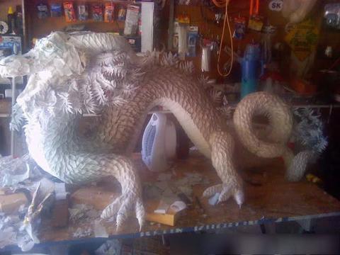 女孩用随手可得的无聊材料,创造出巨龙,工匠精神令人敬佩