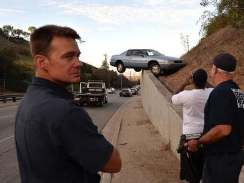 """男子自驾玩起了""""漂移"""",车子悬在空中令警方很是恼火!"""