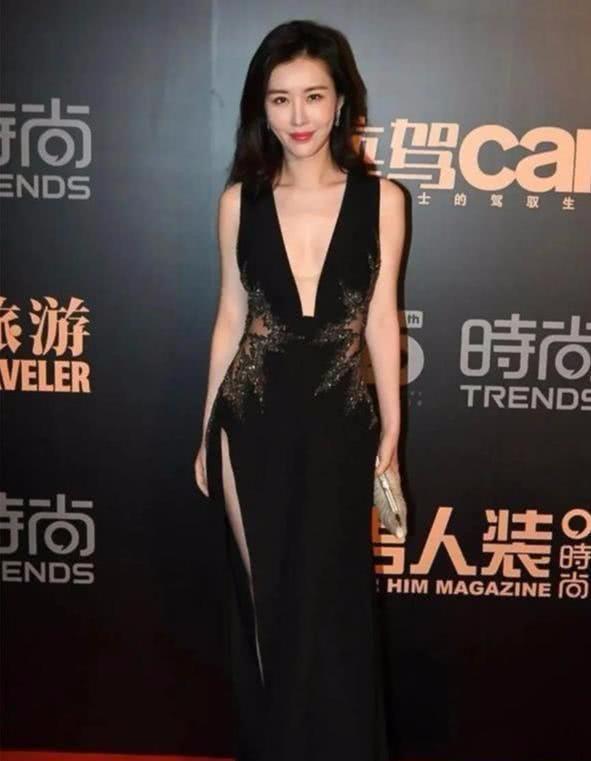 王石娇妻田朴珺v领裙秀性感,侧腰镂空够洋气,烫微卷发不像39岁