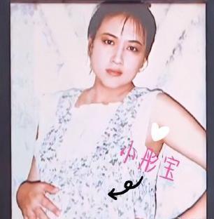 关晓彤晒母女合影祝福母亲永不老,童年晓彤爱穿牛仔裤,萌态十足