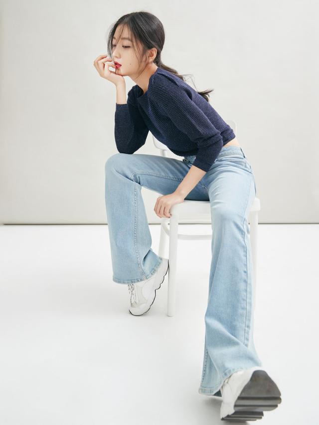 她是柳岩同公司师妹,一袭淡紫缎面吊带裙出镜,超越年龄的成熟
