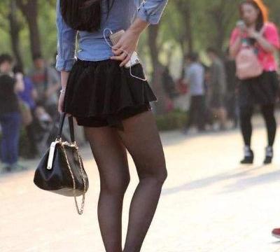 街拍:蛇纹包臀裙,修饰臀部曲线,独特个性魅力