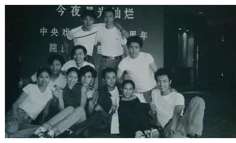靳东大学旧照被扒,和初恋女友亲密依偎,最后一张合照需仔细看!