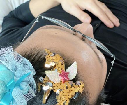 章子怡晒醒醒日常,汪峰头发被女儿夹满发夹,画面温馨