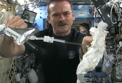 男子测试在太空中拧毛巾,没想到是这,简直不敢相信